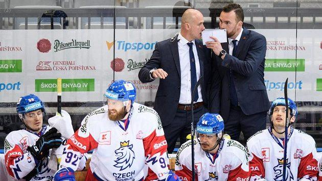Trenéři Filip Pešán (vpravo) a Martin Straka během utkání se Švédy.