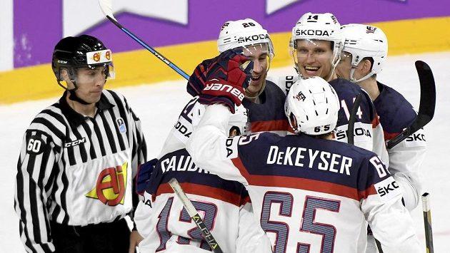 Američtí hokejisté se radují z gólu proti Rusku.