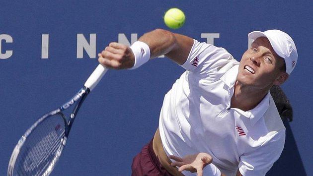 Tomáš Berdych podává v utkání s Andym Murraym ve čtvrtfinále turnaje v Cincinnati.