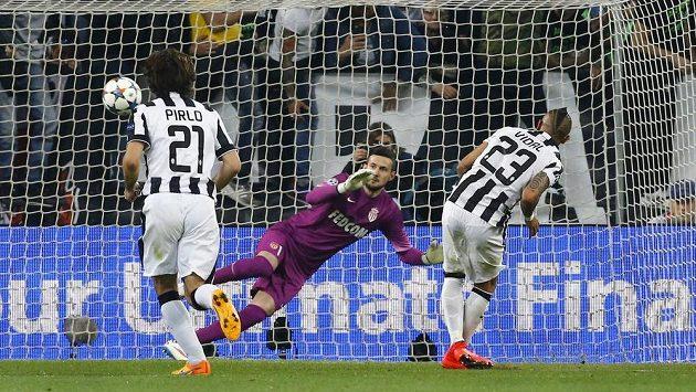 Arturo Vidal proměňuje penaltu a posílá Juventus Turín do vedení v úvodním čtvrtfinálovém utkání Ligy mistrů s Monakem.