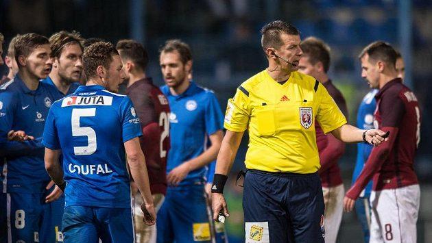 Rozhodčí Michal Paták během zápasu mezi Libercem a Spartou.