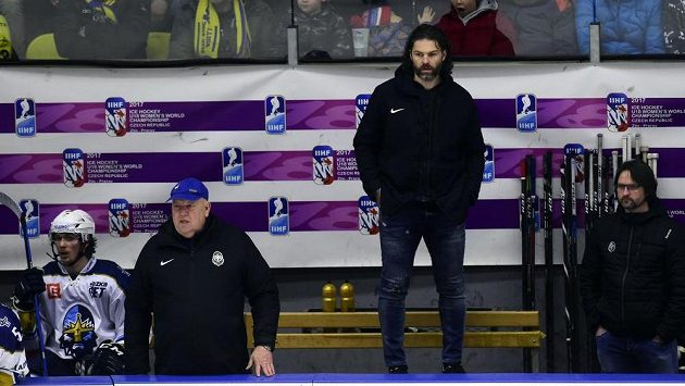 Útočník Kladna Jaromír Jágr (druhý zprava) stojí v civilním oblečení na střídačce, do utkání v Přerově nenastoupil.