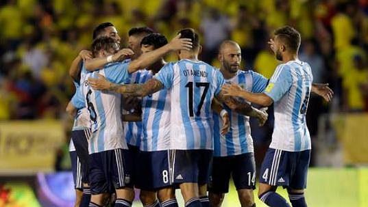 Fotbalisté Argentiny se radují z gólu v kvalifikačním zápasu v Kolumbii.