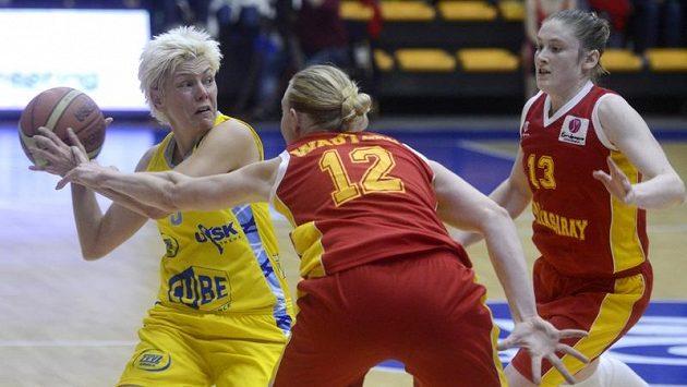 Jelena Škerovičová z USK Praha se anží přelstít dvojici Ann Wautersová a Lindsay Whalenová z Galatasaraye Istanbul. Ilustrační foto.