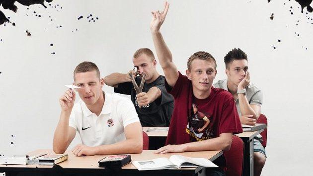Zleva letenští mladíci Kadeřábek, Skalák, Krejčí a Kadlec ve fotbalové učebně. Kluk s prakem teď míří na klub, kde vyrostl...