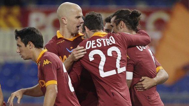 Argentinský útočník Daniel Osvaldo (vpravo) z týmu AS Řím se raduje ze vstřelení branky do sítě FC Turín.