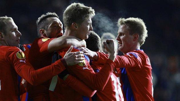 Plzeňský Václav Procházka se raduje se spoluhráči z gólu