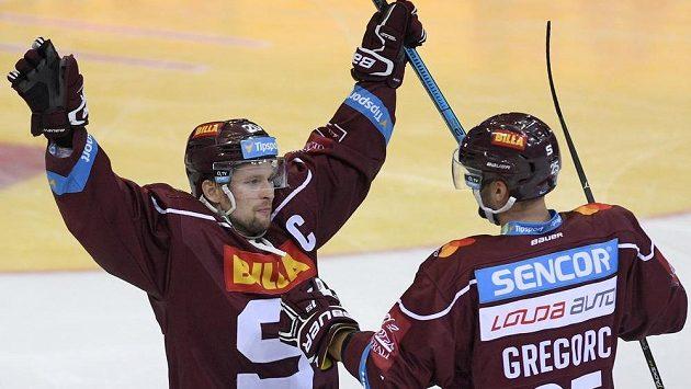 Hráči Sparty Petr Vrána (vlevo) a Blaž Gregorc se radují z třetího gólu proti Varům.