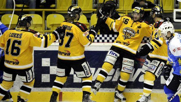Radost litvínovských hokejistů z gólu proti Plzni. Autorem branky byl Viktor Hübl (třetí zleva).