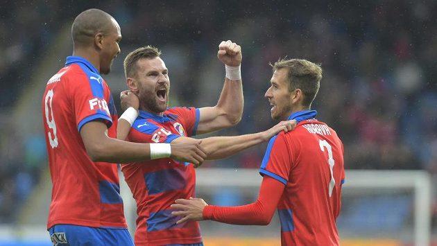 Hráči Plzně se radují z prvního gólu. Na snímku vpravo je autor gólu Tomáš Hořava z Plzně.