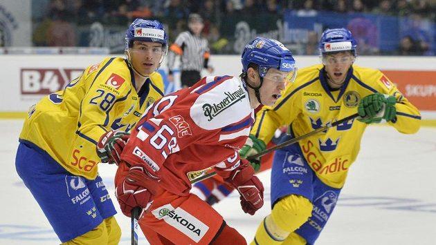 Lukáš Radil v zápase se Švédskem (uprostřed). Vlevo Johan Sundström, vpravo Sebastian Wannström.