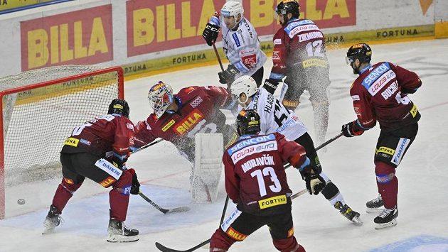 Jan Hladonik z Karlových Varů (uprostřed) dává gól brankáři Sparty Alexanderu Salákovi.