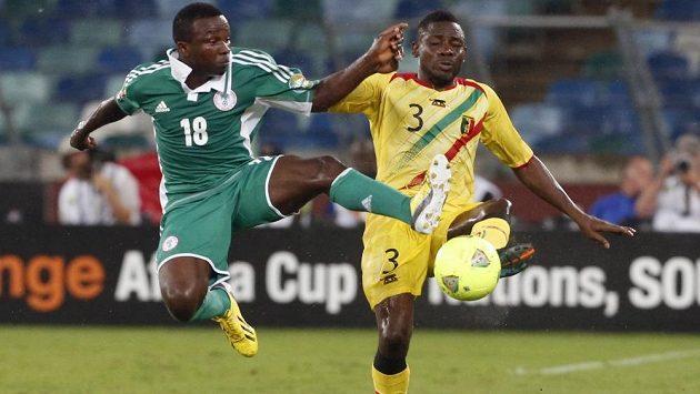 Ejike Uzoenyi z Nigérie (vlevo) bojuje o míč s Adamem Tambourem z Mali.