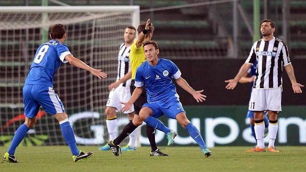 Liberecký Sergej Rybalka (uprostřed) slaví gol v předkole Evropské ligy proti Udine.