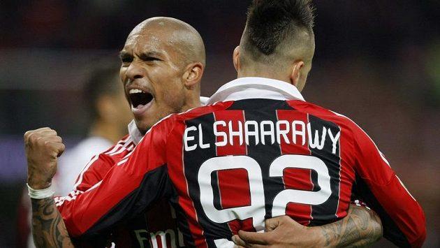 Útočník AC Milán Stephan El Shaarawy (s číslem 92) se raduje se spoluhráčem Nigelem De Jongem z vítězného gólu do sítě Janova.