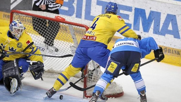 Finský útočník Jani Tuppurainen (vpravo) bojuje před švédskou brankou s obráncem Staffanem Kronwallem.