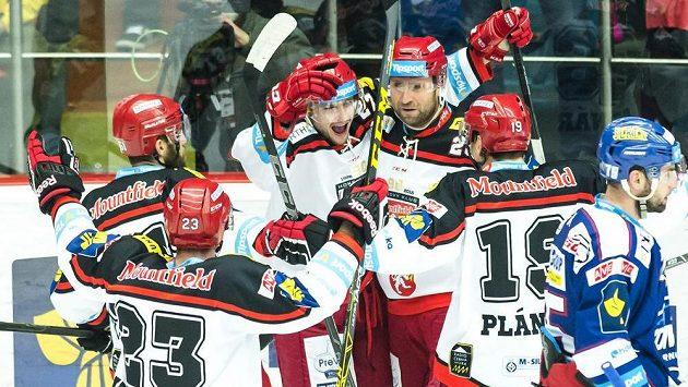 Rastislav Dej (třetí zleva) z Hradce Králové oslavuje se spoluhráči zásah proti Kometě Brno.