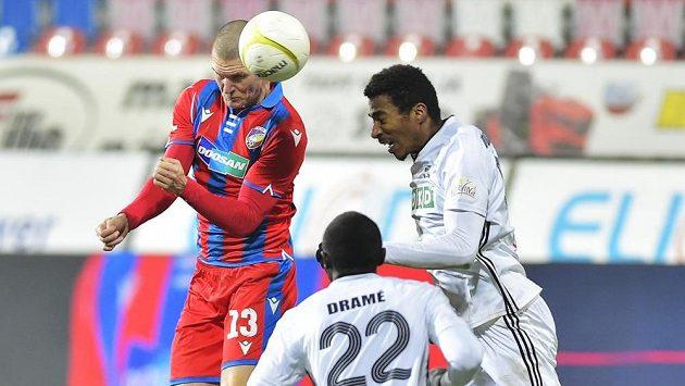 Hlavičkujícího Zdeňka Ondráška z Plzně brání Soufiane Dramé z Karviné a jeho spoluhráč Eduardo Santos.