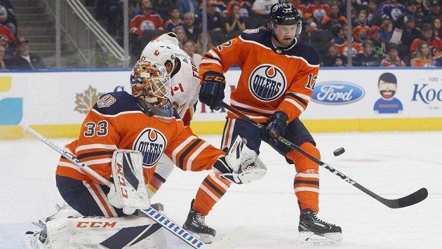 Český obránce ve službách Edmontonu Jakub Jeřábek ve spolupráci s brankářem Camem Talbotem řeší nájezd Michaela Frolika z Calgary.