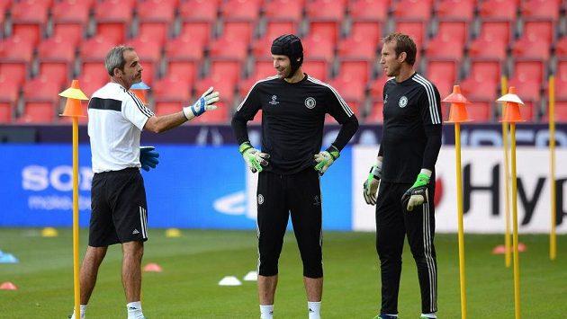 Brankář Chelsea Petr Čech (uprostřed), trenér brankářů Christophe Lollichon (vlevo) a Mark Schwarzer během tréninku.