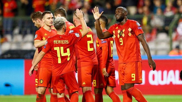 Belgičan Romelu Lukaku se raduje se spoluhráči po jednom z gólů proti San Marinu.