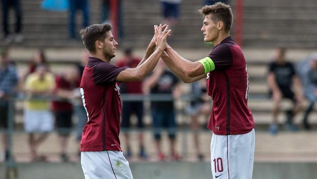 Fotbalisté pražské Sparty Aleš Čermák (vlevo) a Patrik Schick oslavují gól během přípravného zápasu s Českými Budějovicemi.