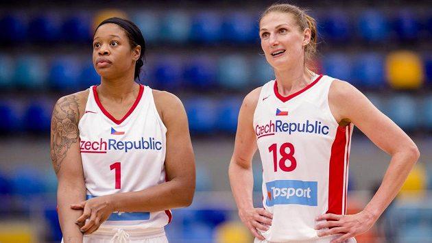 České basketbalistky Kia Vaughnová (vlevo) a Ilona Burgrová během přípravného utkání s Chorvatskem.