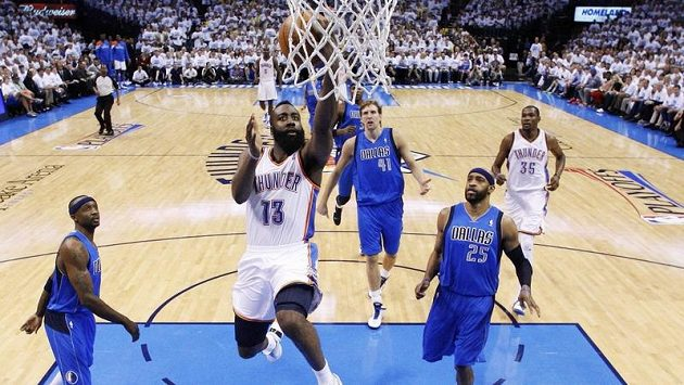 James Harden z Oklahoma City Thundershoots proti Dallasu Mavericks.