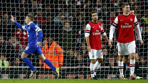 Gerard Deulofeu z Evertonu (vlevo) se raduje z gólu, který vstřelil Arsenalu.