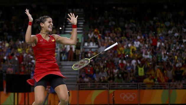 Rozhodnuto. Španělka Carolina Marinová poráží ve finále Indku Sindhu Pusarlaovou a je první evropskou vítězkou v badmintonu.