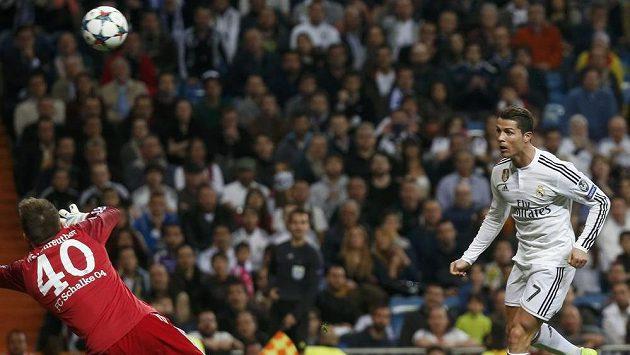 Hvězda Realu Madrid Cristiano Ronaldo překonává hlavou brankáře Schalke Timona Wellenreuthera.