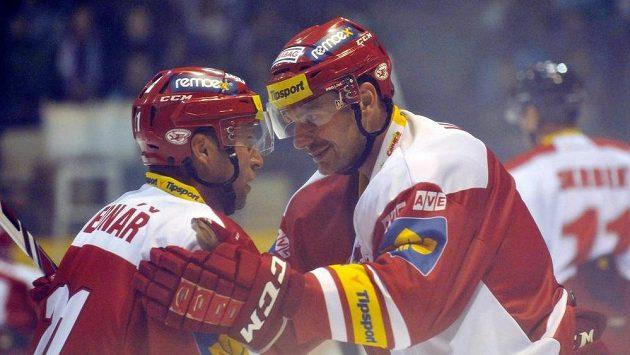 Útočníci Slavie Jaroslav Bednář (vlevo) a Tomáš Vlasák se radují z gólu na ledě Olomouce.