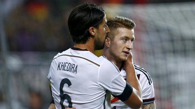 Sami Khedira (vlevo) v německém dresu s Markem Reusem po jednom z gólů v přípravném utkání s Austrálií v Kaiserslauternu.