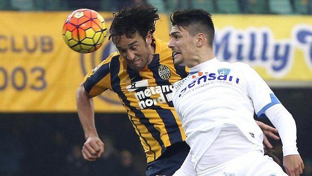 Luca Toni (vlevo) z Hellasu Verona v souboji s Federikem Barbou z Empoli.