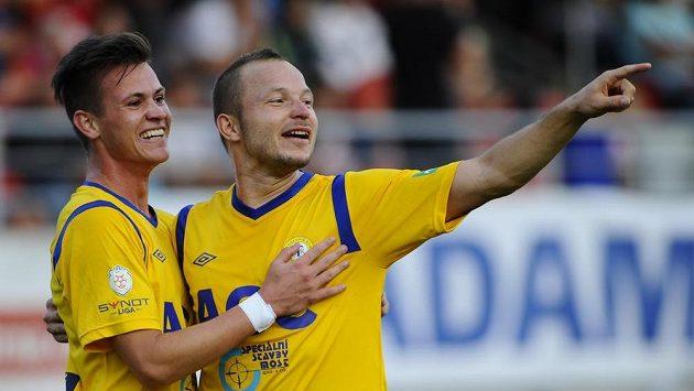 Teplický střelec Egon Vůch (vlevo) se raduje se spoluhráčem Tomášem Vondráškem. Podobnou radost by chtěli zažít i dnes večer.