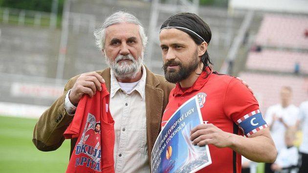 Kapitán Zbrojovky Pavel Zavadil (vpravo) odehrál proti Plzni svůj poslední ligový zápas v Brně.