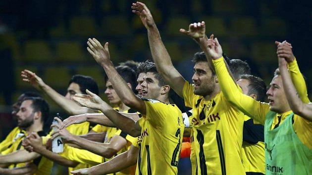 Fotbalisté Dortmundu slaví vítězství nad Freiburgem.