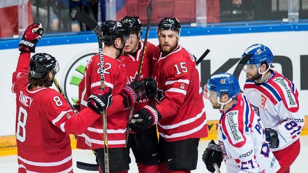Kanaďané slaví gól v utkání proti Česku.