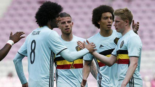 Belgický záložník Kevin De Bruyne (vpravo) slaví se spoluhráči gól.