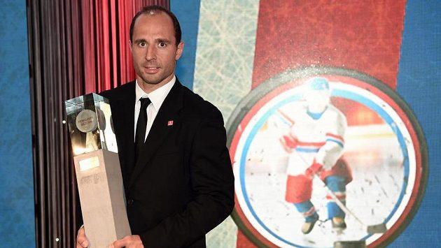Hokejista sezóny 2014/15 Martin Ručinský s trofejí.