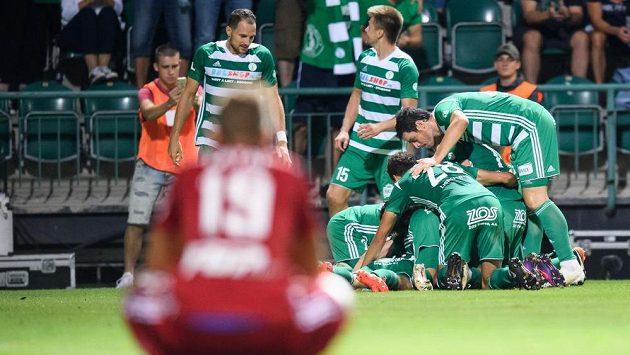 Euforie fotbalistů Bohemians po vítězném gólu proti Olomouci.