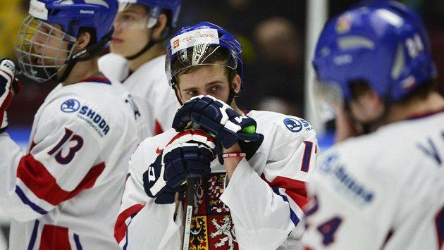 Zdrcený Patrik Machač (uprostřed) po čtvrtfinálové prohře s Finy na hokejovém MS juniorů.