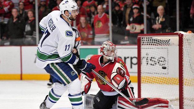 Ryan Kesler dává Anttimu Raantovi vítězný gól Vancouveru v utkání s Chicagem.