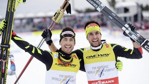 Francouz Jason Lamy Chappuis (vpravo) a jeho krajan Francois Braud po výhře v závodě dvojic v severské kombinaci na MS ve Falunu.
