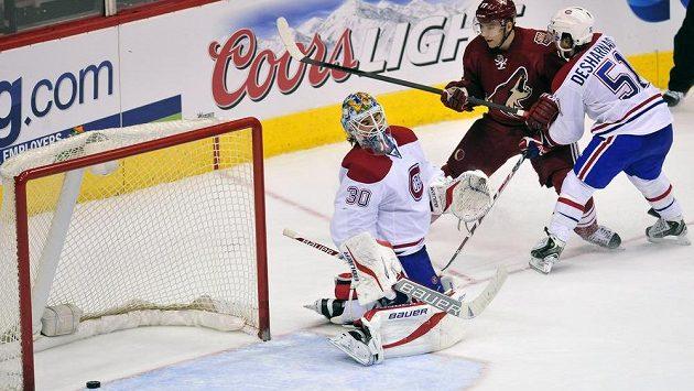Útočník Phoenixu Radim Vrbata (17) střílí gól brankáři Montrealu Peterovi Budajovi.