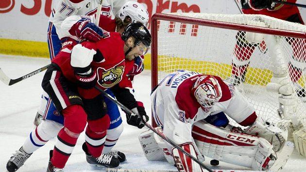 Ottawský útočník Milan Michálek (v červeném dresu) překonává brankáře Montrealu Dustina Tokarského.