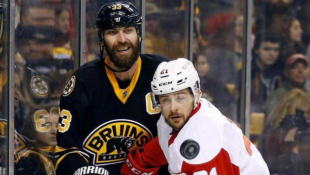 Obránce Bostonu Zdeno Chára (33) a útočník Detroitu Tomáš Tatar (21) v nedělním utkání NHL.