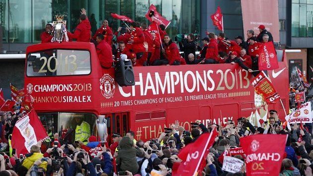 Fotbalisté Manchesteru United oslavují se svými fanoušky 20. ligový titul.