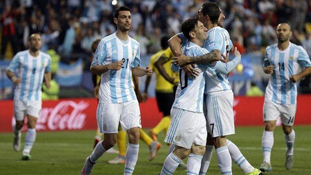 Argentinští fotbalisté oslavují jediný, ale vítězný, gól proti Jamajce.