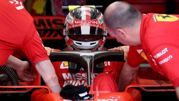 Monacký pilot Charles Leclerc z Ferrari během kvalifikace na Velkou cenu Bahrajnu.
